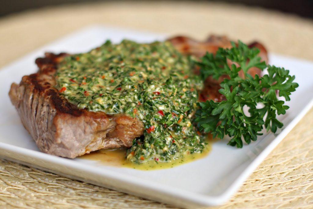 Na imagem, o molho Chimichurri Argentino, ideal para combinar carnes vermelhas, disponível no Menu Executivo do Baco durante o almoço.