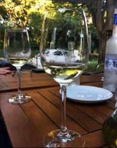 Na imagem, uma taça servida de vinho branco, no Gastrobar, durante o Taste and Feel Sunset.