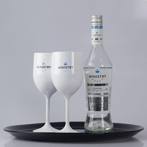 Na imagem, uma vodka Ministry sendo servida com duas taças personalizadas.