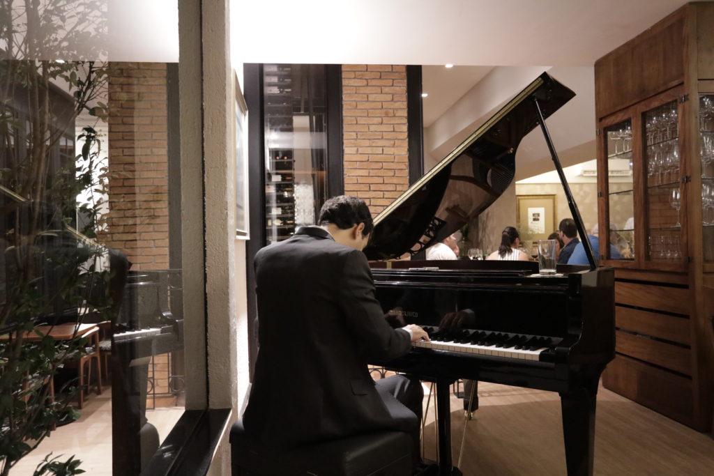 Na imagem, o pianista do Baco Restaurante.
