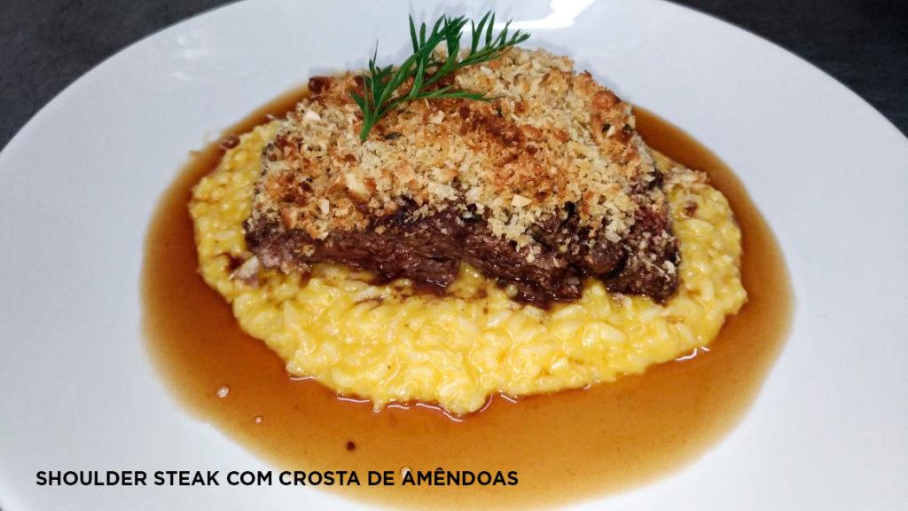 Na imagem, o shoulder steak com crosta de amêndoas.