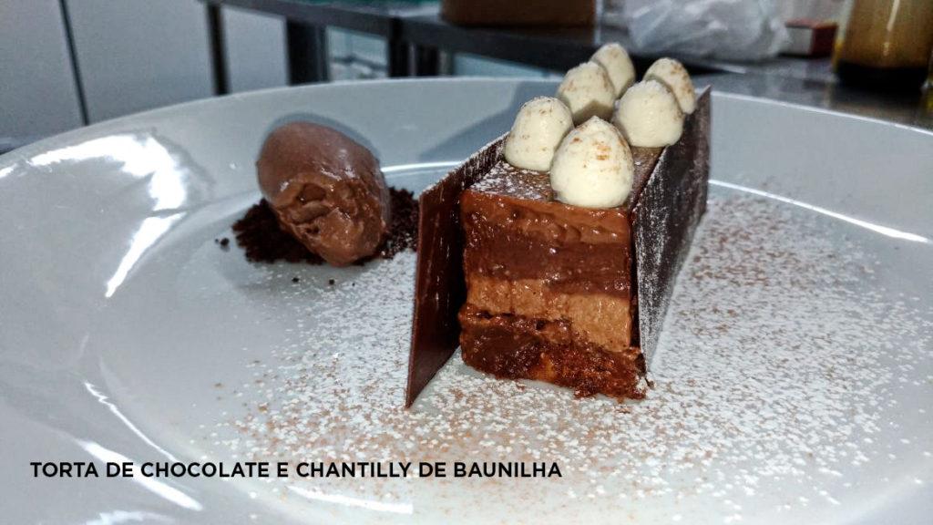 Na imagem, a torta de chocolate e chantilly de baunilha.