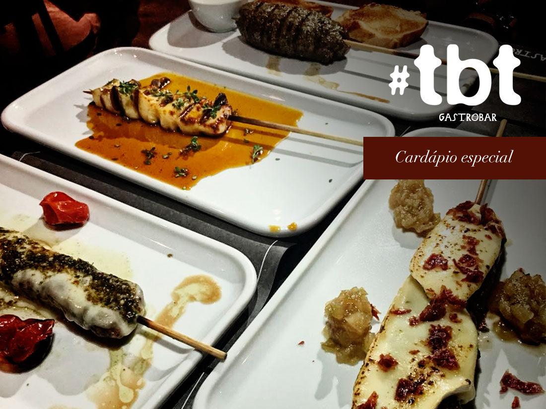 Na imagem, os espetinhos e porções do TBT Gastrobar, em um cardápio especial.
