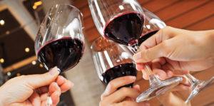 Na imagem, um brinde de vinhos.