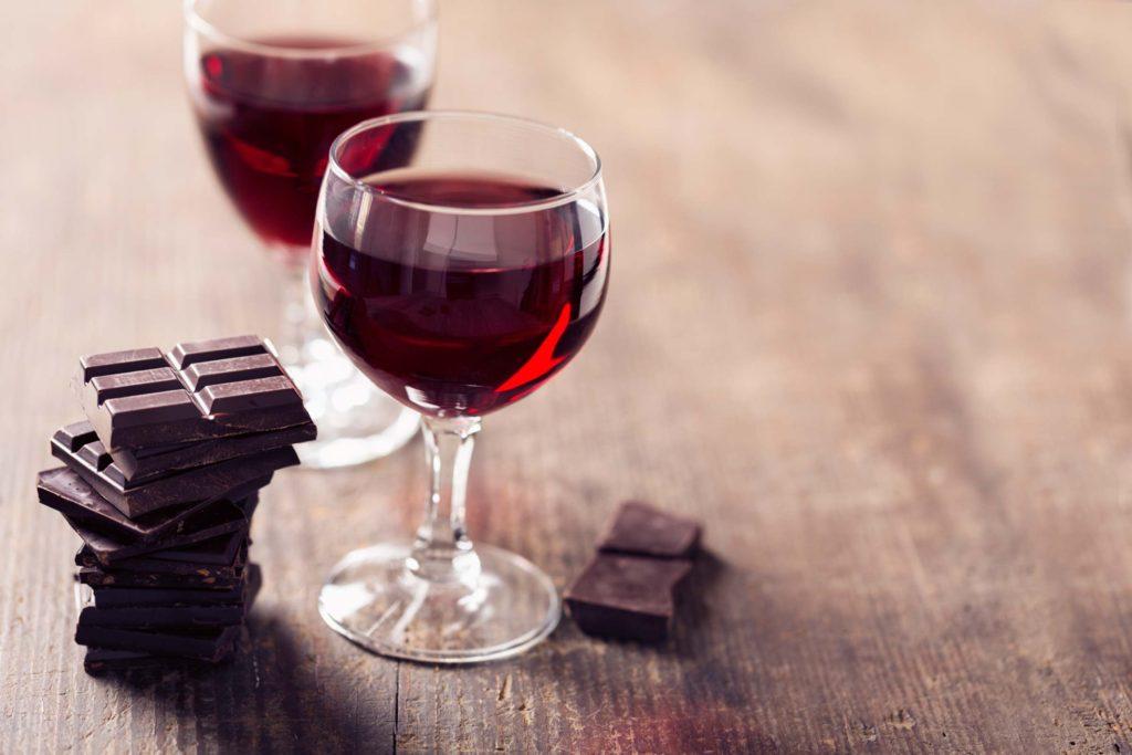 Na imagem, como harmonizar vinho e chocolate.
