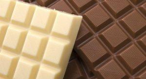 Na imagem, chocolates branco e ao leite, para harmonizar com vinho.