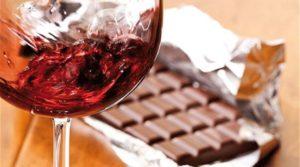 Na imagem, um vinho Syrah harmonizado com chocolate.