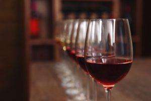 Na imagem, uma taça de vinho servida para o niver do Baco.