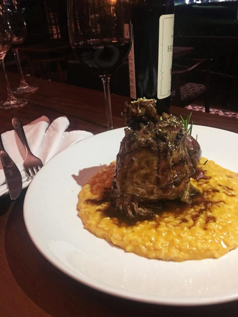 Na imagem, o prato do baco para o Festival Gastronômico de Maringá, o Jarret de Porco com risoto de cabotiá.